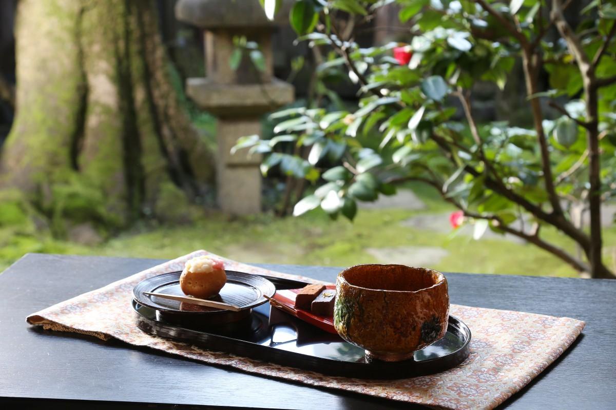 甘味とともに、美しく手入れされた庭や建物からも金沢の茶文化を体感できる