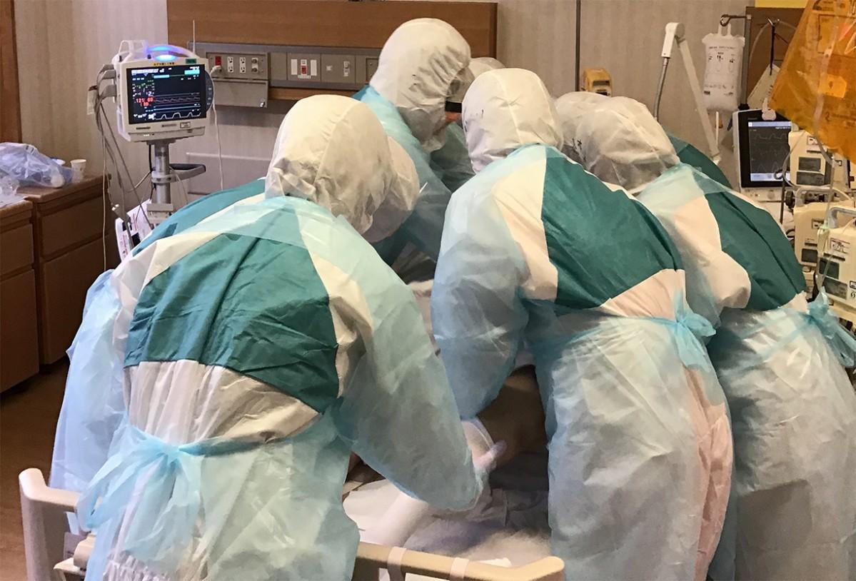新型コロナウィルス感染症の患者を治療するスタッフ