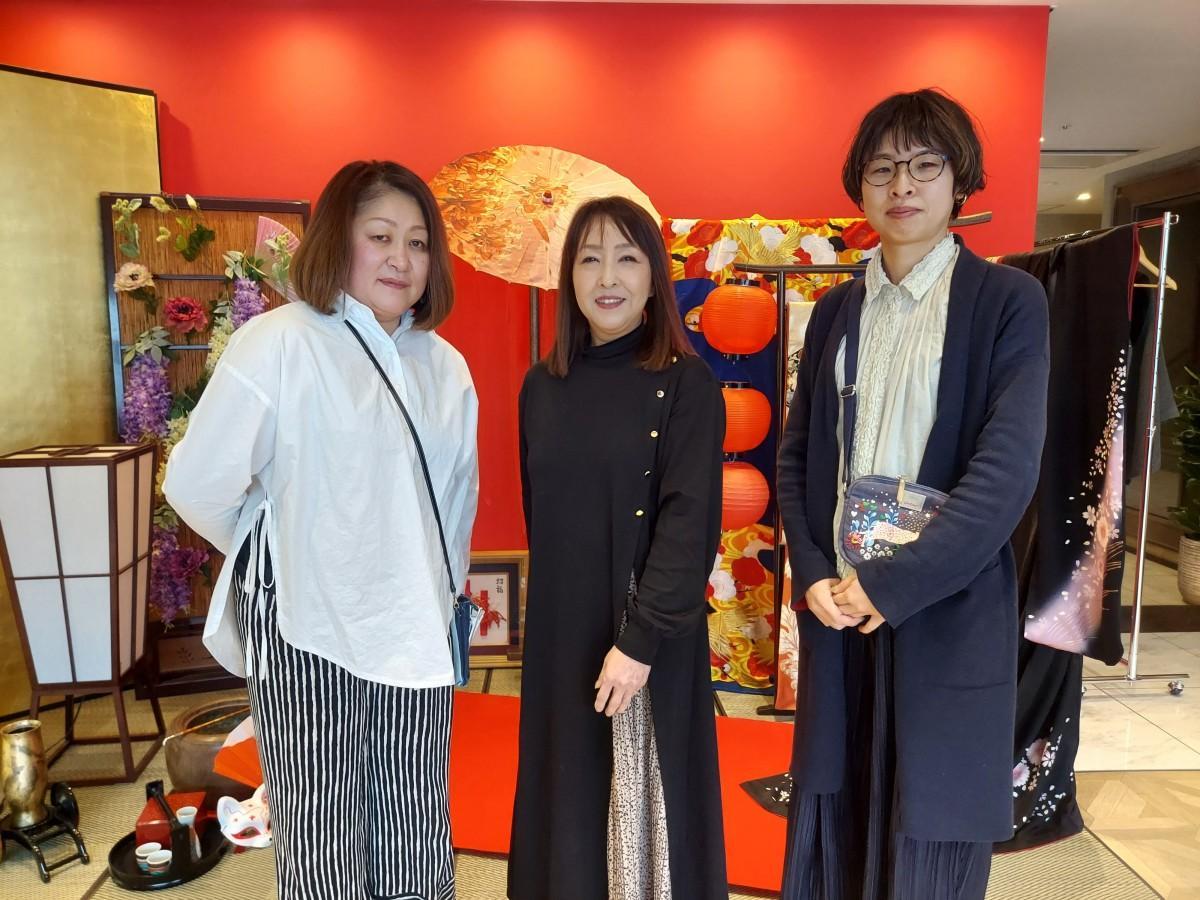 代表の千口寿子さん(中)とスタッフの皆さん