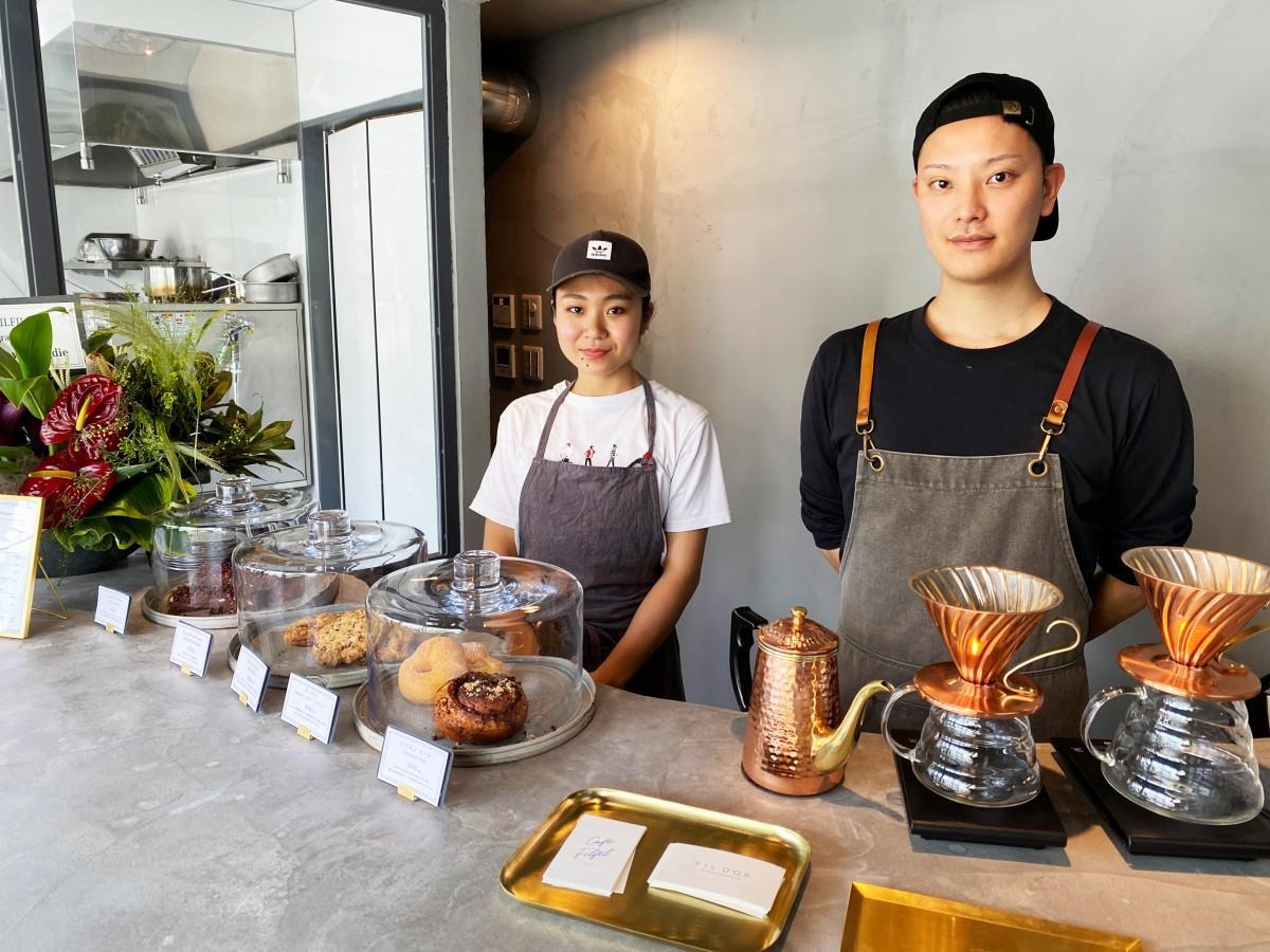 オーナーの田川真澄さん(右)とチョコレートメーカーの金子世菜さん(左)