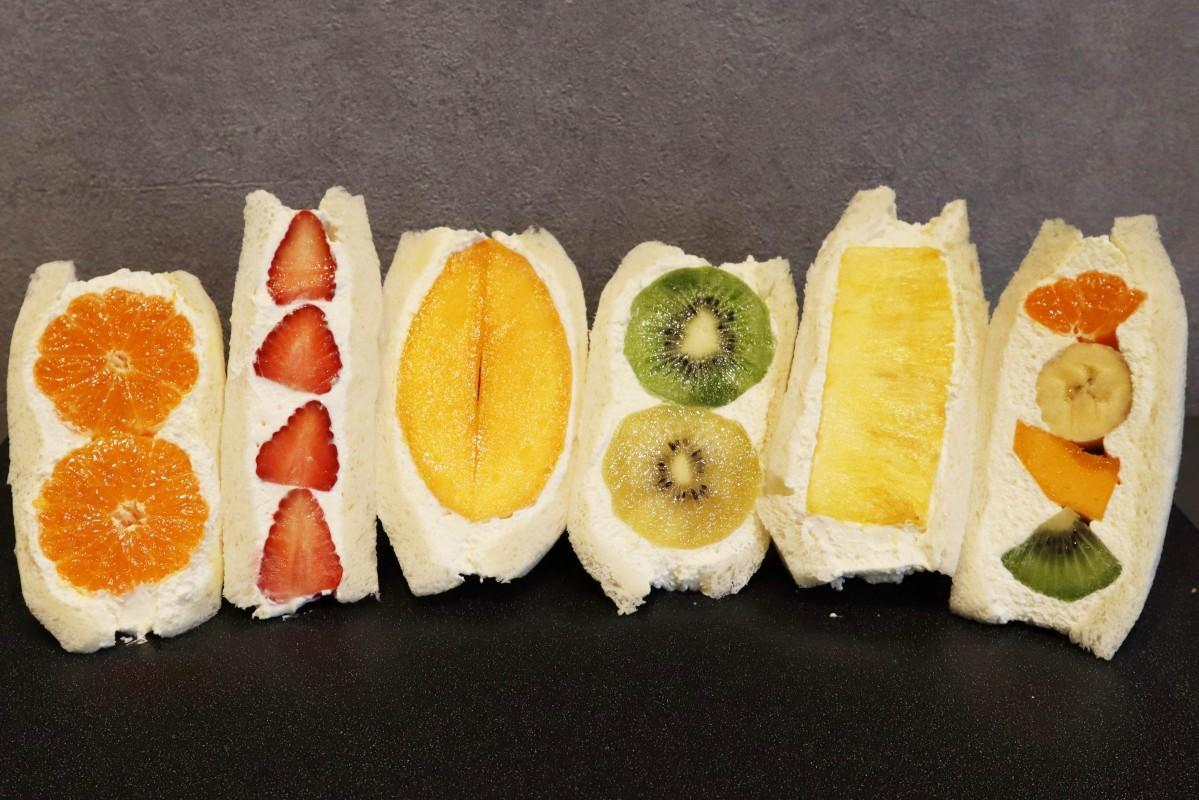 追熟して食べ頃となった果物がふんだんに入ったフルーツサンド