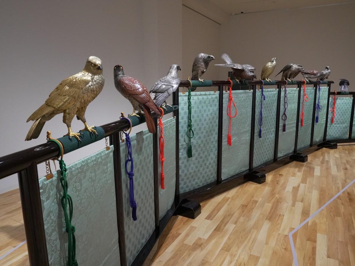 鈴木長吉「十二の鷹」を間近に見ることができる