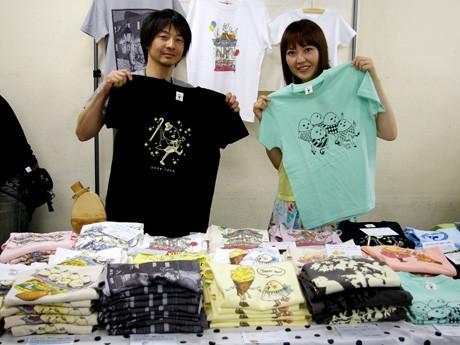 「プレヒ」の土井一央さんと理沙さん。絵本の中のような世界でオリジナルキャラクター「たまごさん」が活躍する各種Tシャツは、3,150円から