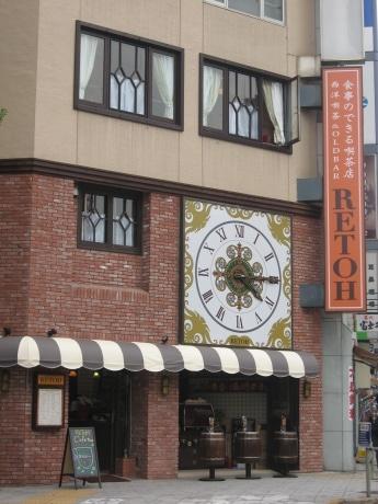 交差点でひときわ目立つ西洋風のレトロで大きな時計