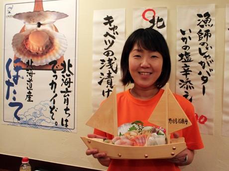 「本日の刺盛り」は北海シマエビ漁で用いられる打瀬舟をかたどった器で提供。「別海町出身の方もたくさんお越しになる」とスタッフの三山浩子さん