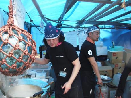 仮設の厨房で炊き出しを行う「豚とこむぎ」の青柳猛さん(左)と藤原義久さん(右)。(写真提供=藤原義久さん)