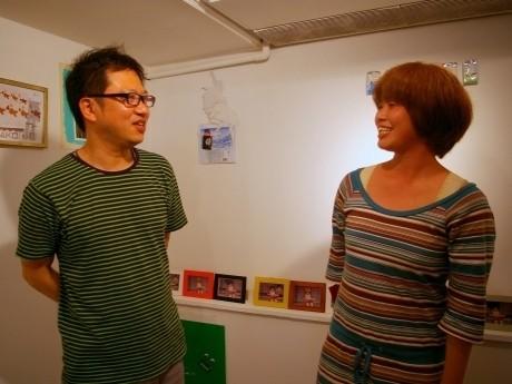 ギャラリー「fabre8710」の代表・南口俊樹さん(左)と、グループ展に参加したセサミスペースさん(右)。7月2日からは、セサミスペースさんの個展が始まる