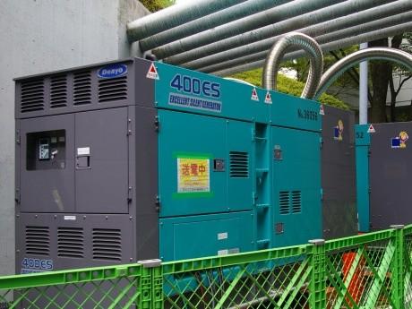 東京ドーム裏に設置された自家発電機は5台で最大1260キロワットの電力を賄う
