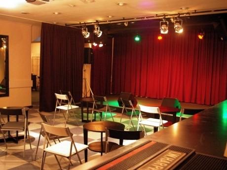通常のライブの他にも、観客が飛び入りで演奏できるイベントや、演劇などのパフォーマンスも