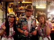 神田に「肉ロック70's カンダーラ」-ボリュームのある鉄串BBQ酒場