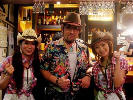 代表の勝山さん(中央)とスタッフの山口さん(左)、川村さん(右)