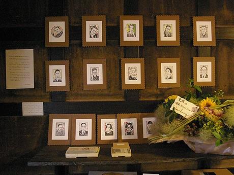 ジャズが流れる会場の「きっさこ」店内の壁には、はんこ作品がびっしりと貼られている。同展のために特別制作した作品も展示