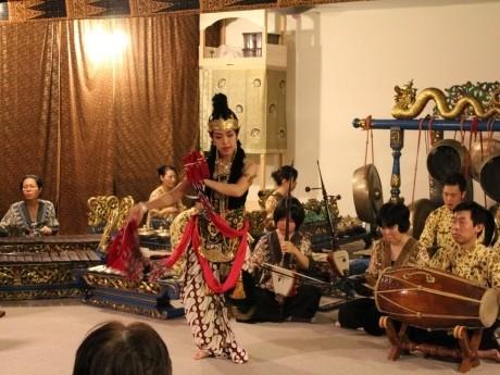 ジャワ・ガムランの演奏に合わせジャワ舞踊が演じられた