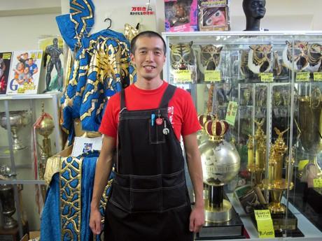 「闘道館」の泉館長(35歳)。資料的にも貴重な格闘技、プロレス関連グッズも並ぶ