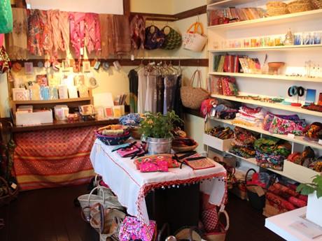 色とりどりのさまざまな国の商品が並べられるオッカラン店内