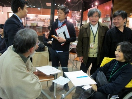 人の輪ネット代表の能登春男さん(右から3人目)とスタッフ