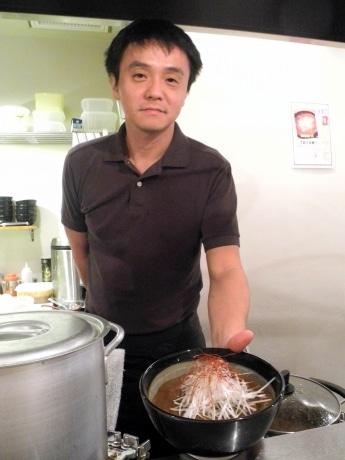 冬季限定「カレーラーメン」と店長の坂元大吾さん