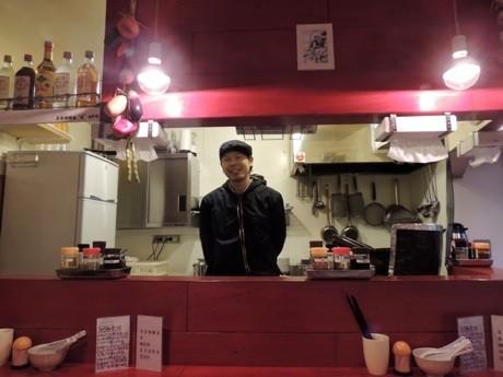 「生碼麺食道(サンマーメンショクドウ)」カウンター席。カウンター内は店主の田所さん