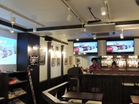 「ウィスラーカフェ TOKYO-神田神保町-」店内。モニターとスクリーンを用意し、カナダの紹介やスキー・スノーボードの映像を流す