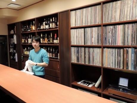 ショットバー「三日酔」店内。カウンター内には店主の武井さんと、レコードコレクション