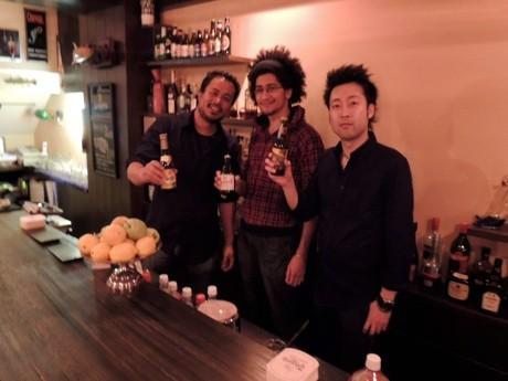 ネパール人のビカスさん(左)と大阪人の石田さん(右)が経営する「ウォルトンズ」。写真の真ん中は従業員でフランス人のオードリーさん