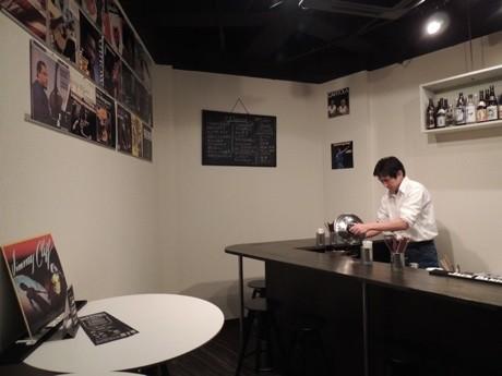 ライトハウス店内。壁に飾られたレコードジャケットは斉藤さんの個人コレクション。全ての音源をPCに取り込んでおり、店内で聴くことができる
