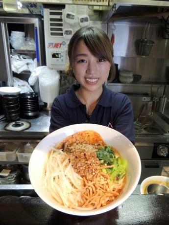 「汁なし担々麺」を提供する店主の毛利友紀乃さん