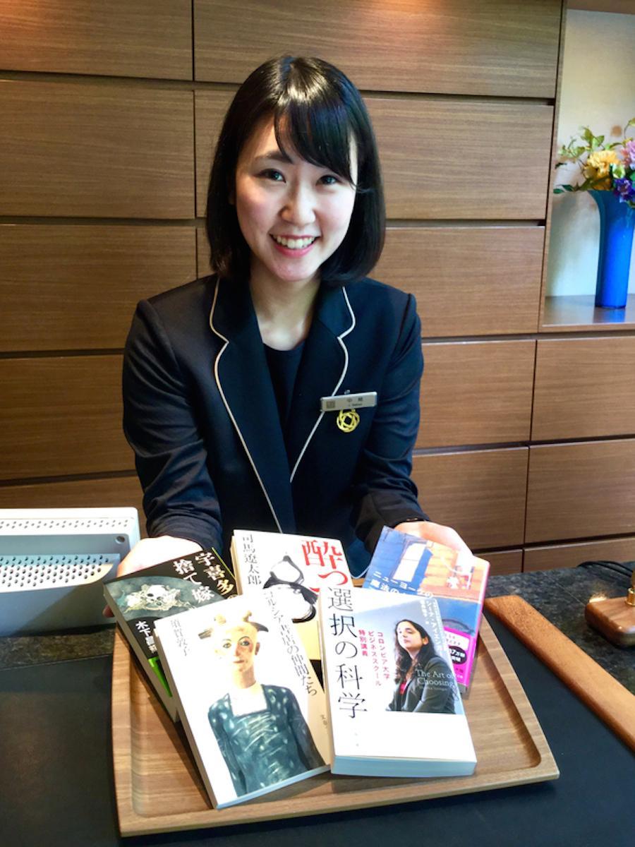 文春文庫の担当者が協力し、ホテルのフロントスタッフ全員が選んだ「仕事に効くおすすめの5冊」