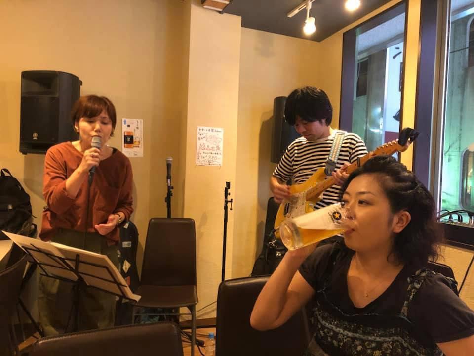 同時開催される「神田村ライブ」第一回目の様子。右手で飲んでいるのが滝田さん