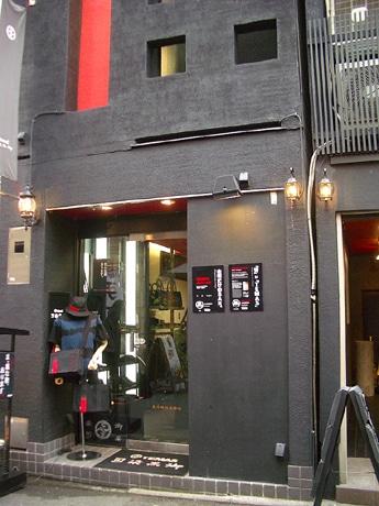 アパレルブランド「ティマス先斗町店」が黒ギャラリーと黒バーをオープンする。