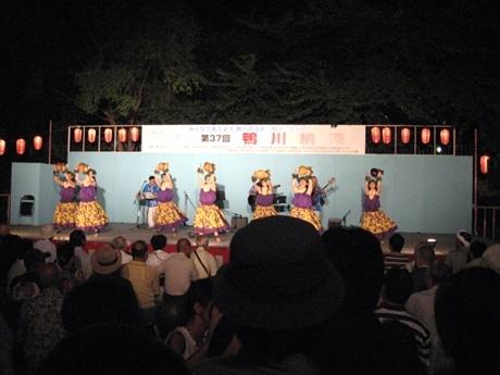 8月4日と5日に鴨川河川敷で「鴨川納涼」が開催される。写真は昨年の特設ステージの1場面。