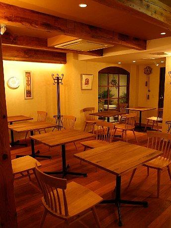 店内の入り口部分はリカーショップ、奥にスペイン料理「PLATERO(プラテロ)」を併設