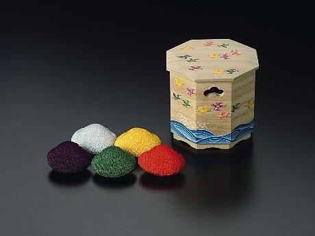 写真=「源氏かおり抄」シリーズのひとつ、「須磨 かほり貝桶」(36,750円)