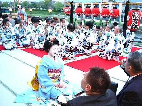 「鴨川納涼床」の床開き。祇園囃子をBGMに舞妓さんがおもてなし。