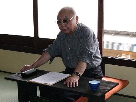 「第1回まちづくり研究会」で「映画とまちづくり」について語る中島貞夫監督。遊子庵は中島監督が命名した。
