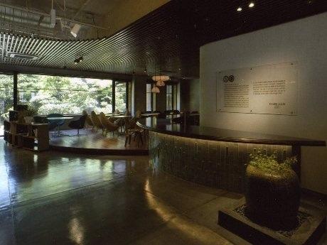 カフェ・カンパニーとサントリーの共同開発によるカフェラウンジ「IYEMON SALON KYOTO」が6月22日、京都・烏丸三条にオープンした。