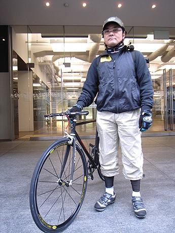 写真=バイサージの代表・和田誠さん、COCON烏丸の前で愛用の自転車と