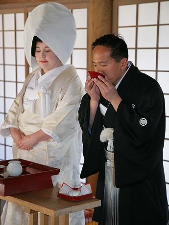 上賀茂神社で神前結婚式を挙げたカナダ人カップル
