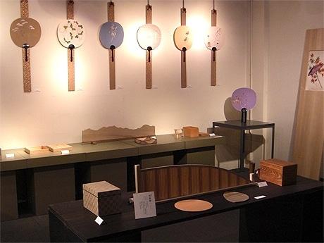 たち吉本店で5月29日から、菅原伸一さんと長艸純恵さんによる「木と糸展」が開催されている。