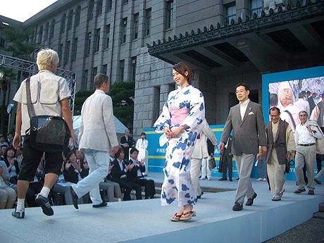 京都市役所前広場で5月31日、クールビズ・キックオフイベント「『COOL BIZ』Presentation in KANSAI」が行われた。
