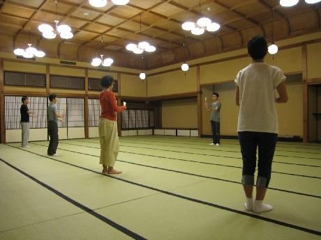 都芸術センターは8月6日、大江能楽堂で日本伝統芸能体験プログラム受講者による発表会を開く。写真=狂言のけいこ風景