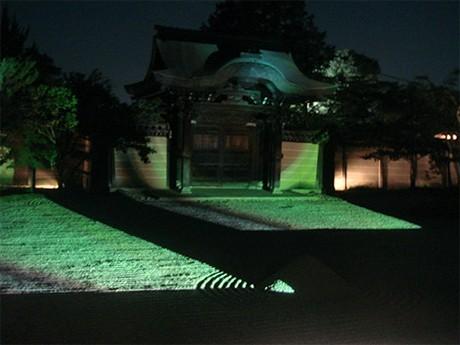 高台寺、夏の夜間特別拝観「燈明会(とうみょうえ)」を開催。妖怪が動き回る映像を高台寺波心庭(方丈前庭)に投影。