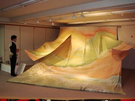京都絞り工芸館で畳20枚分の大きさのジャンボ着物「花の京」が展示されている。