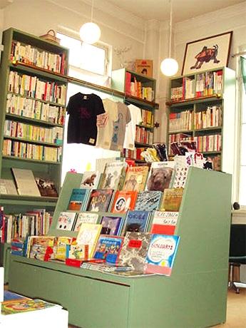 四条の児童書専門店「メリーゴーランド京都店」で開店2周年を記念したイベント「小さな古本市」を開催