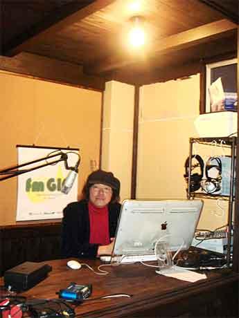 写真=インターネットラジオ「fm GIG(エフエム・ギグ)」新スタジオ内で冴沢鐘己さん