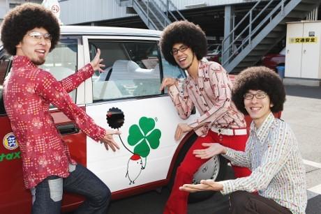 ヤサカタクシーとアーティスト「鶴」のコラボレーションによる「合格・必勝祈願タクシー」