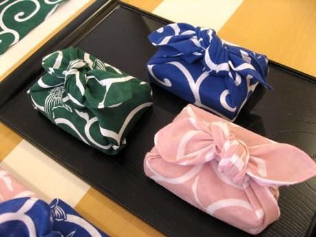 とらやのようかんを「はんかち風呂敷」で包んだ商品が京都限定で発売されている。