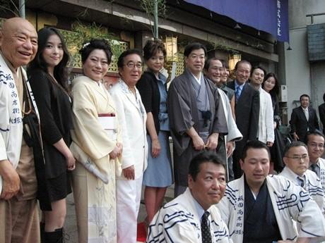 南座前で「京の七夕」PRイベントが行われた。女優の山村紅葉さんらが願いを書いた短冊を飾った。