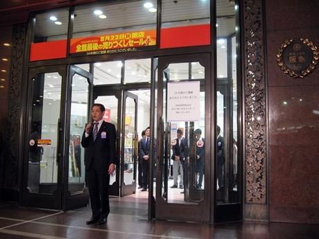 「四条河原町阪急」の閉店のあいさつをする亀井店長。右側には阪急のレリーフがみえる。