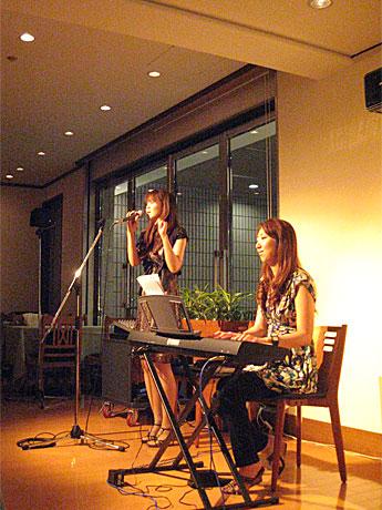 ライブ中のボーカル=こはるさんと、ピアノ=岩崎恵さん。